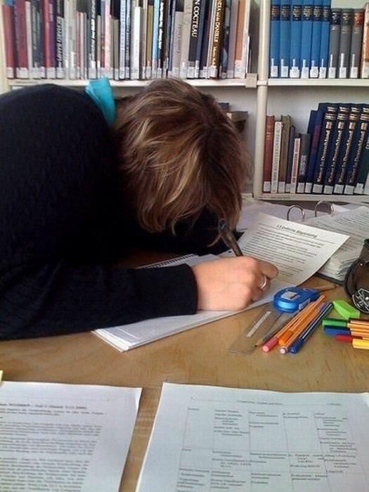 Öğrenci her yerde uyur