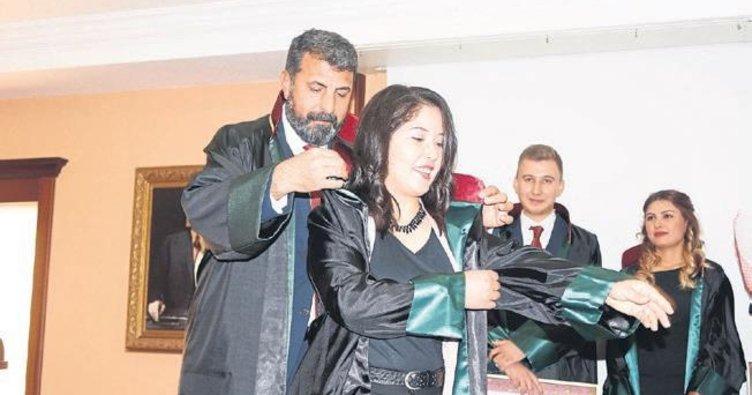 Stajını tamamlayan avukatlar cübbe giydi