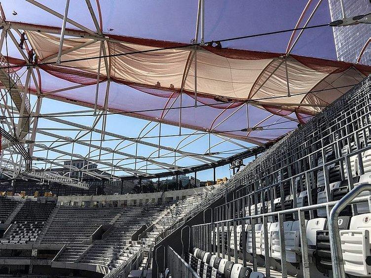 Vodafone Arena'da çatı kaplama işlemi başladı