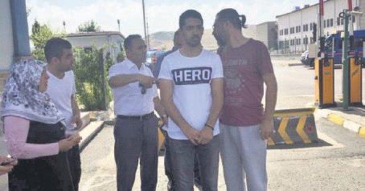 'Hero' yazılı tişörtle gözaltına alındı