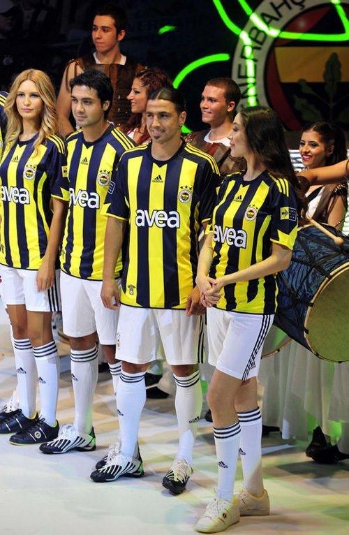 İşte Fenerbahçe yeni formalarını tanıttı