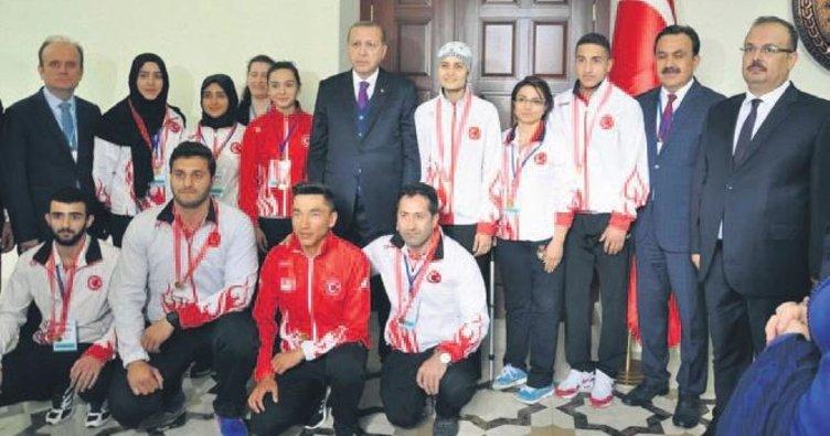 Cumhurbaşkanı Tayyip Erdoğan Konyalı sporcuları ödüllendirdi