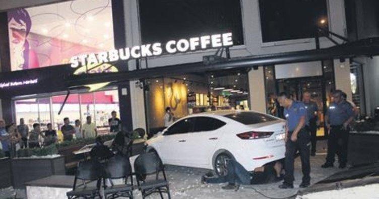 Otomobil kafeye daldı: 3 yaralı