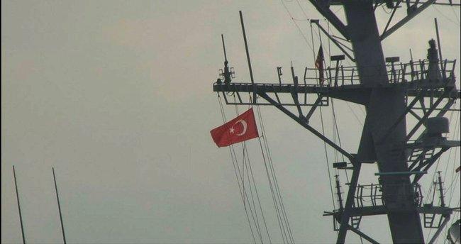 """ABD savaş gemisi """"USS Porter"""" İstanbul Boğazı'ndan geçti! Gemi geçişi esnasında gönderde Türk bayrağı dalgalandırdı"""