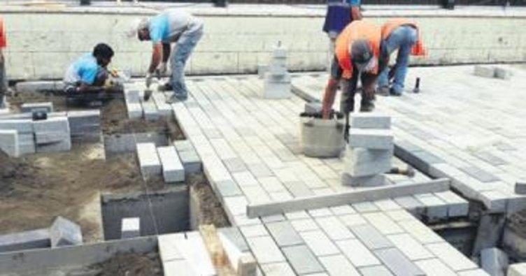 İstiklal Caddesi'nin parke taşları döşeniyor