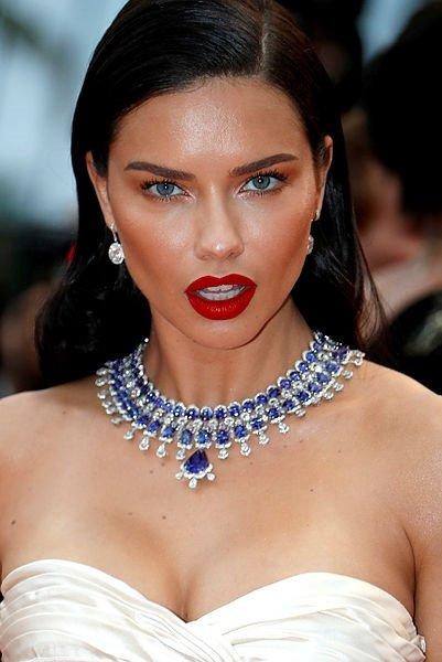 Ünlü şarkıcı Rihanna'nın makyajsız hali olay oldu!