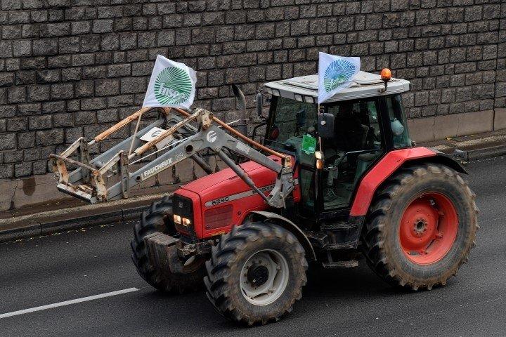 Macron'a karşı ayaklandılar! Paris'te traktörlü eylem