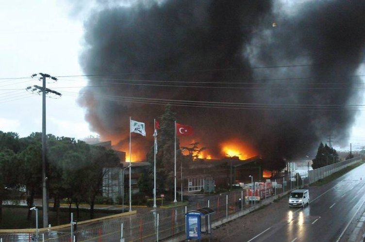 Elyaf fabrikası alev alev