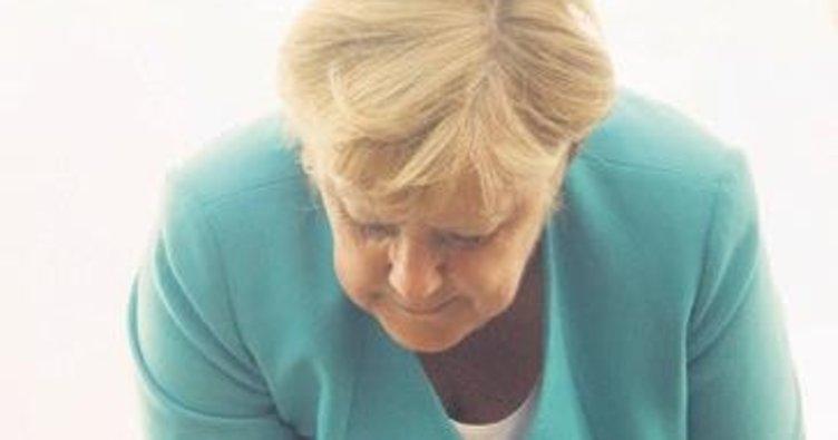 Merkel elleriyle penguen besledi