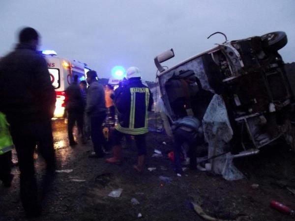 Yolcu minibüsü devrildi: 23 yaralı