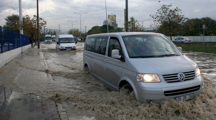 İzmir'de yağmur yaşamı olumsuz etkiledi
