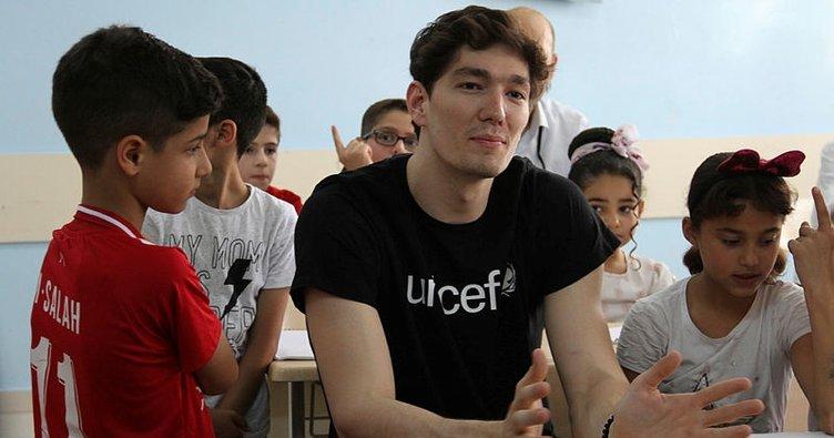 Milli basketbolcu Cedi Osman'dan gençlik merkezine ziyaret