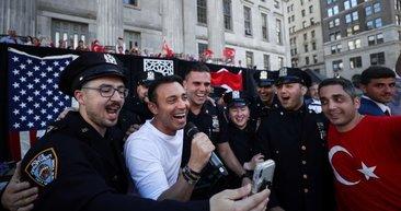 New York'ta bu yaz, her yer kırmızı-beyaz! Mustafa Sandal Türk asıllı polislerle şarkı söyledi
