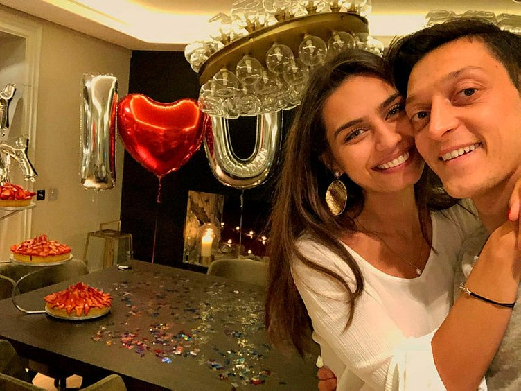 Amine Gülşe ile Mesut Özil nişanlandı!