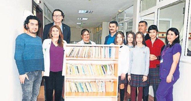 Hastanedeki çocuklar için gezici kütüphane