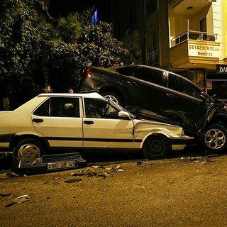 Polisten kaçan şüpheliler park halindeki 6 otomobileçarptı