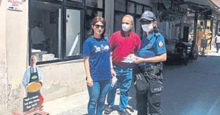 Hatay'da polis maske dağıttı
