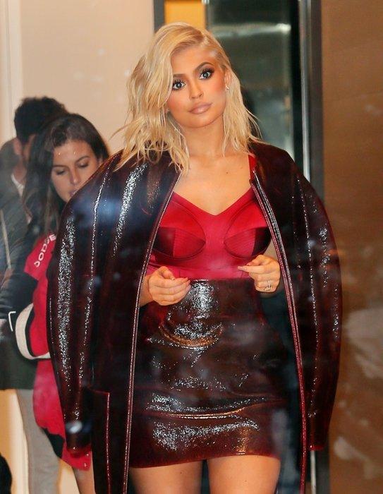 Kardashian Ailesi'nin dikkat çeken üyelerinden Kylie Jenner imajını yeniledi!