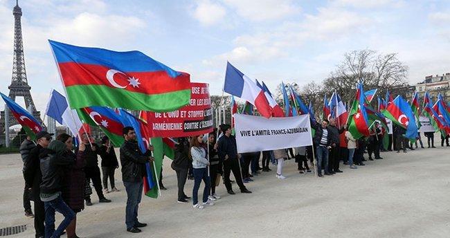 Fransa'da yaşayan Azerbaycanlılar Ermenistan'ı protesto etti