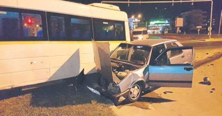 Servis minibüsü kazaya karıştı
