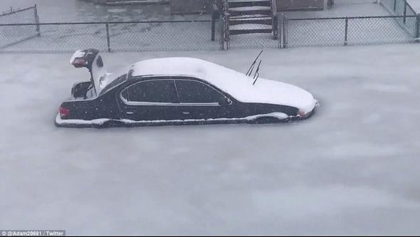 Sokak buz havuzuna döndü