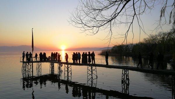 İznik'te güneşin suya kavuştuğu an görüntülendi