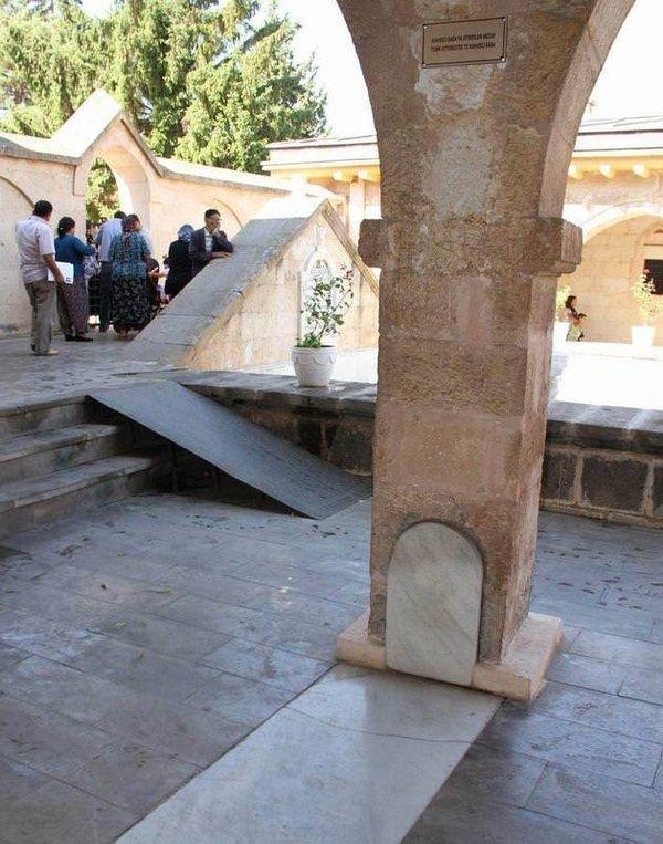 Ayaklar altındaki mezarın sırrı