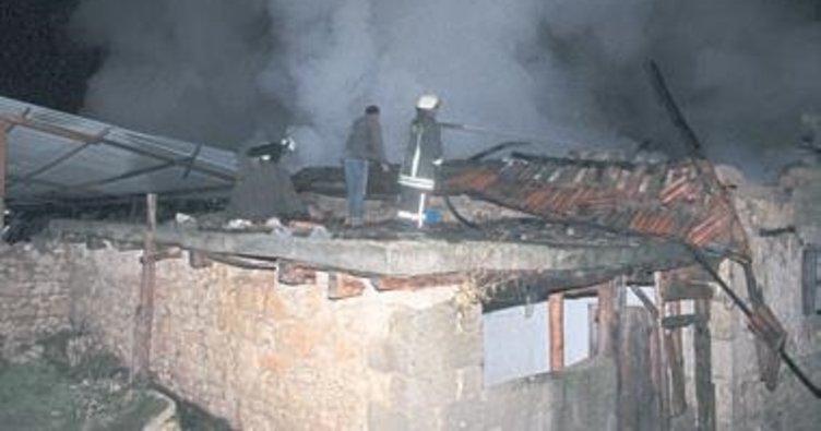 Yangında üç ev alev alev yandı