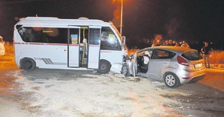 Yolcu minibüsü ile otomobil çarpıştı