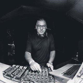 Gündüz beyaz yakalı akşam DJ