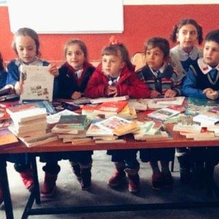 Köy okuluna kitap gönderdi