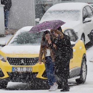 Erzurum'da dolu kenti beyaza bürüdü