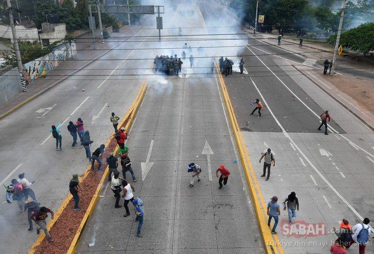 Honduras karıştı! ABD Büyükelçiliğinin kapısını ateşe verdiler