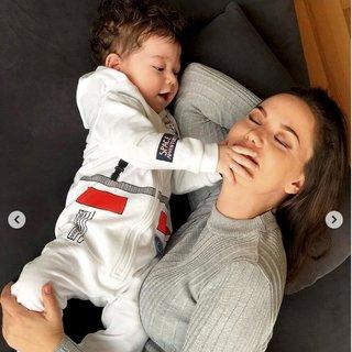 Fahriye Evcen oğlu Karan için gelen yorumlara kahkaha attı! İşte sosyal medyadan beğeni yağan Burak Özçivit ve Fahriye Evcen'in oğlu Karan...