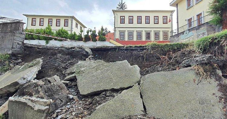 Trabzon'da okul bahçesinin istinat duvarı çöktü
