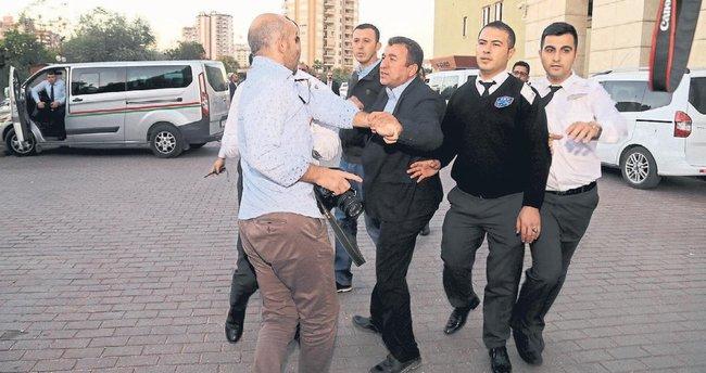 Belediye görevlileri muhabiri tartakladı