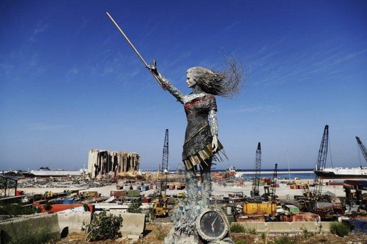 Son dakika: Beyrut'taki patlamanın ardından kırık cam ve molozlardan heykel dikildi! Dikkat çeken kareler...