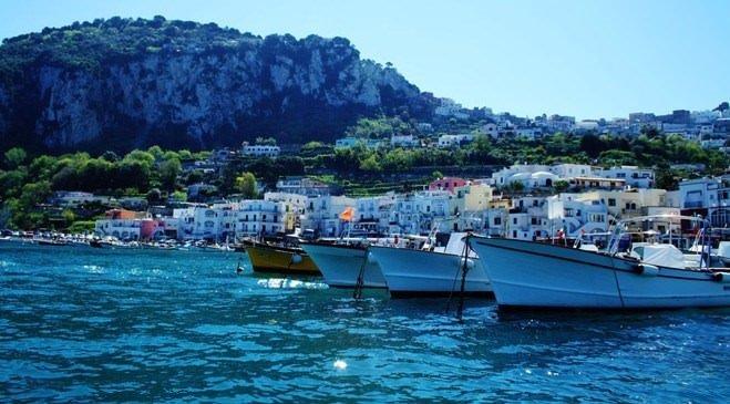 İtalya'nın Capri Adası güzellikleri ile büyülüyor