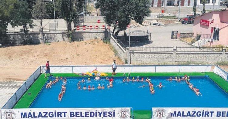 Çocuklar için yüzme Caddelere sıcak asfalt havuzu yapıldı