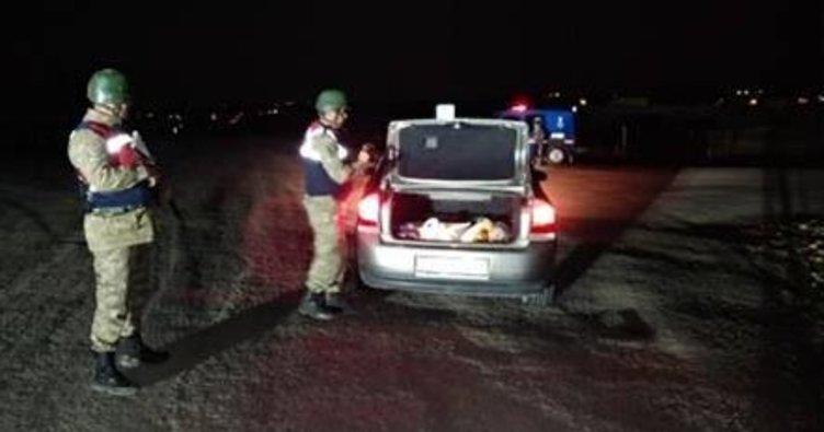 Kaçaklar, araçları çamura saplanınca yakalandı