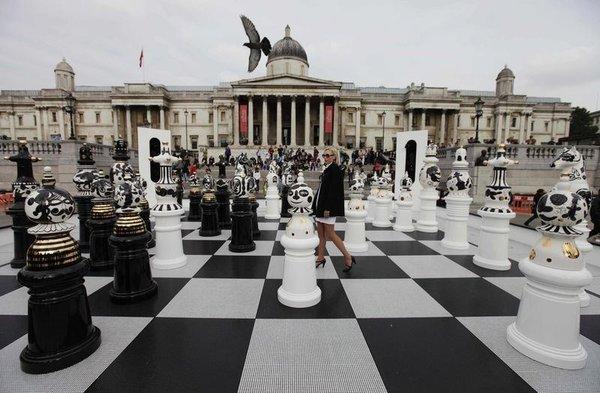 Dev satranç taşları