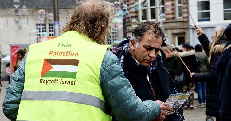 İsrail'in Filistin'deki zulmüne karşı tek başına gösteri yapıyor