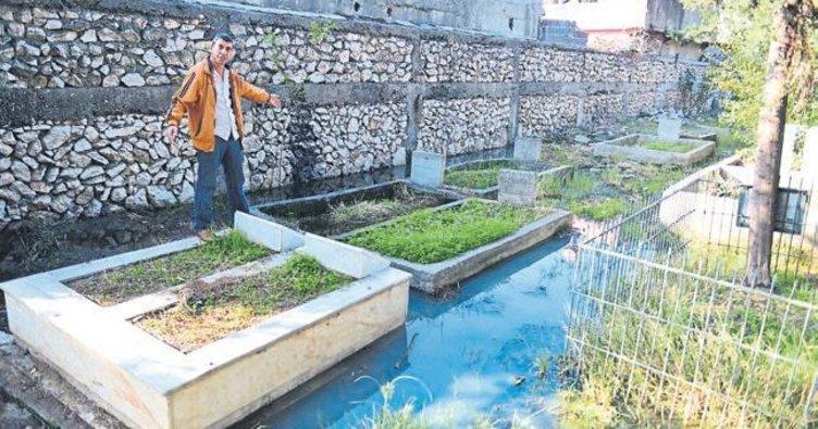 Mezarlar kanalizasyon suları altında kaldı