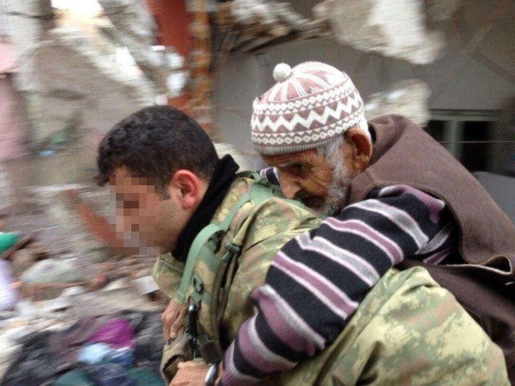 Sur'da Mehmetçik hastaları sırtında taşıdı!