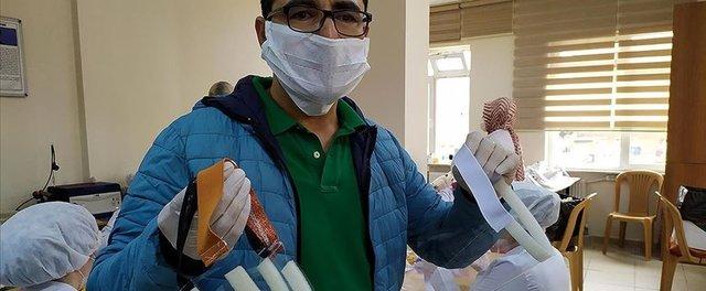 Sağlıkçılar için asetat kağıdından yüz koruyucu siperlik üretiliyor