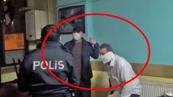 İstanbul'da polis baskınında gülümseten olay! Yakalanınca tuvalet kağıdını maske yapan vatandaş kamerada...