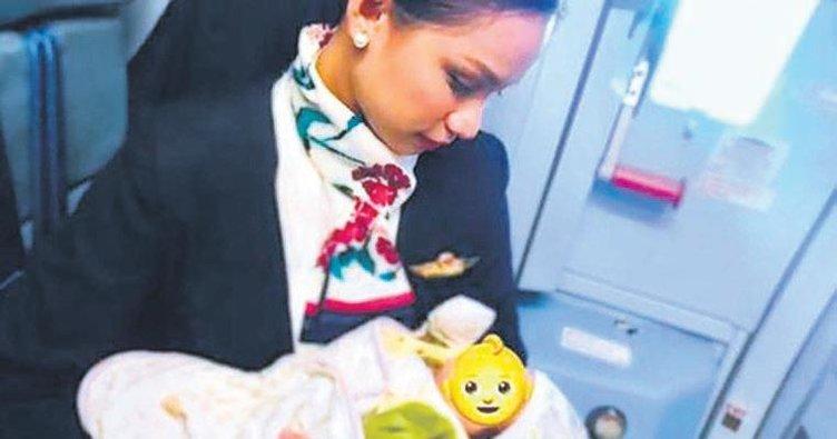 Yolcu annenin sütü bitti acıkan bebeği hostes emzirdi
