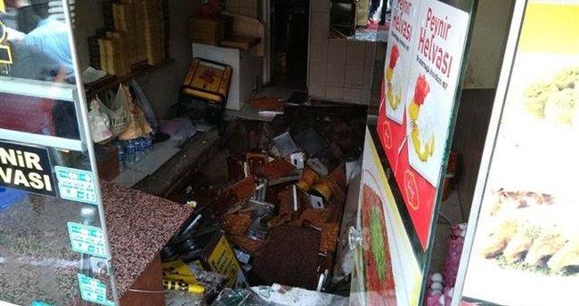 Fatih'te tatlıcı dükkanının zemini çöktü yaralılar var!