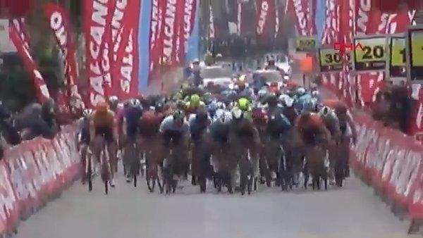 SON DAKİKA: 56'ncı Cumhurbaşkanlığı Bisiklet Turu'ndaki feci kaza kamerada! 3 sporcu hastaneye kaldırıldı