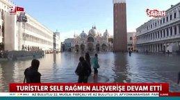 Sular altında kalan İtalya'nın tarihi kenti Venedik'te turistler alışverişe böyle devam ettiler...